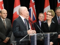 John Snobelin flanked by Premier and Minister of Agriculture Kathleen Wynne at a press conference at Grand River Raceway in March 2013.